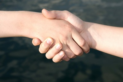 iStock_Haende Handshake Frieden red